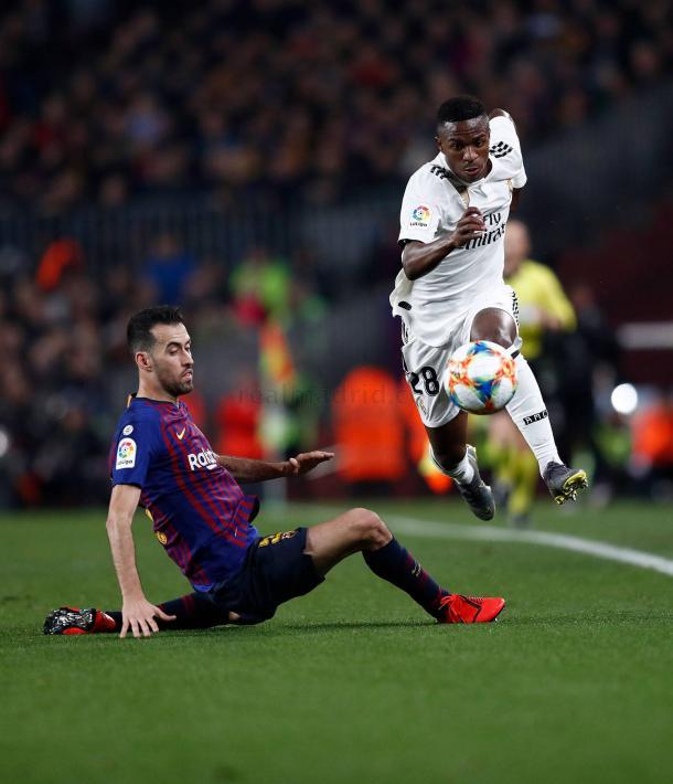 Vinicius dejó sentado a Busquets en su primer clásico / Foto: Real Madrid