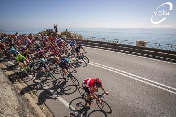 El pelotón comandado por Lotto pasando cerca del mar | Foto: Volta a Catalunya