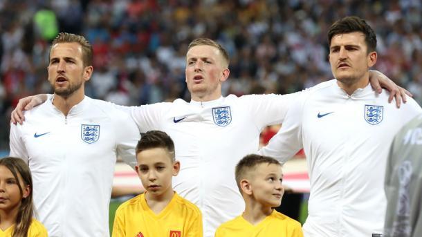 Pickford y Maguire cantando el himno junto a Kane. Foto: FIFA