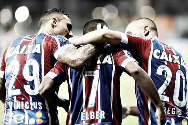 Élber comemora gol contra o Vasco, ao lado de Vinicius e Régis. Foto: Felipe Oliveira/Bahia