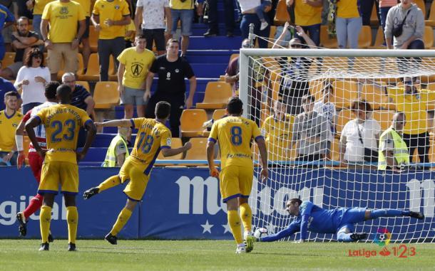 Varas estuvo a punto de parar el penalti lanzado por Peña. (Foto: LFP)