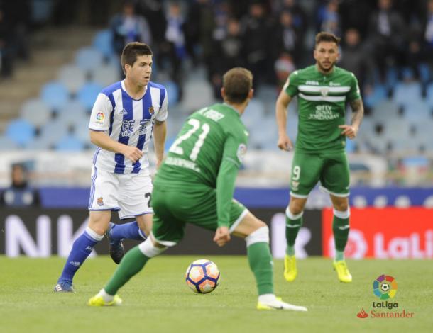 Igor Zubeldia en Anoeta, ante la atenta mirada de los jugadores del Leganés | Imagen: La Liga Santander