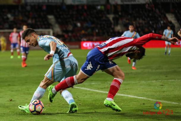 Álex Moreno tratando de luchar por un balón | Fotografía: La Liga