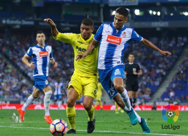Diego Reyes y Jonathan Dos Santos pugnan por el esférico en el duelo que enfrentó a Espanyol y Villarreal en la última jornada (0-0)