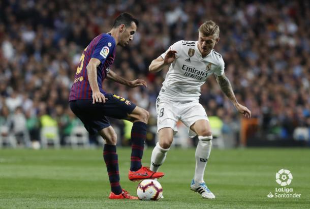 Busquets controla el balón frente a Kroos   LaLiga