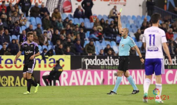 López Amaya muestra una amarilla en el Real Zaragoza - Real Valladolid | Foto: LaLiga