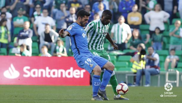 Carvalho peleando con Molina por el esférico | Fotografía: LaLiga