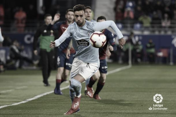 Brais Méndez disputando un balón en Huesca | Fuente: LaLiga