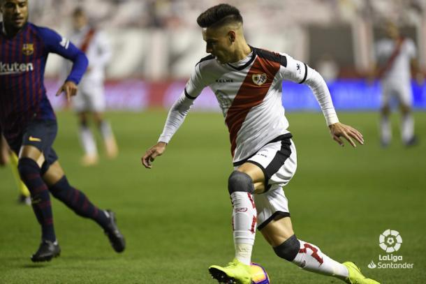 Álex Moreno conduciendo el esférico | Fotografía: La Liga