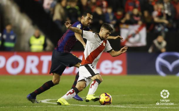 Pozo llevándose un balón ante Busquets | Fotografía: La Liga