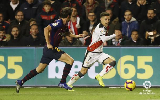 Álex Moreno corriendo ante la atenta mirada de Sergi Roberto | Fotografía: La Liga