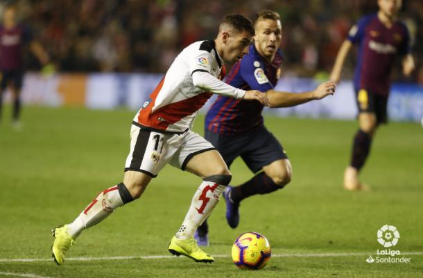 Adrián Embarba conduciendo el balón | Fotografía: La Liga