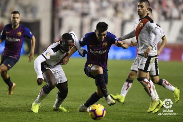 Advúncula tratando de frenar a Munir | Fotografía: La Liga