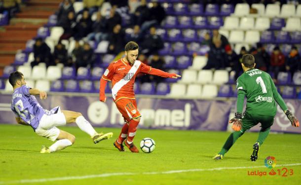 Javi Moyano haciendo una entrada a un jugador del Rayo en la temporada 17/18 // La Liga