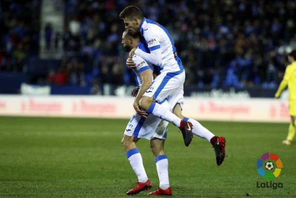 Amrabat celebra su gol en la ida con Gumbau sobre su espalda |Foto: LaLiga