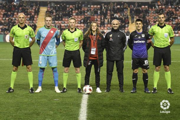 Eva Alonso junto a los capitanes y los colegiados   Fotografía: La Liga