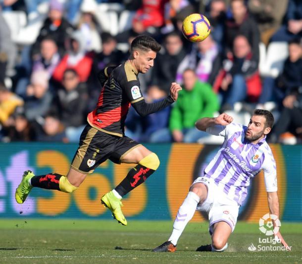 Álex Moreno llevándose el esférico | Fotografía: La Liga