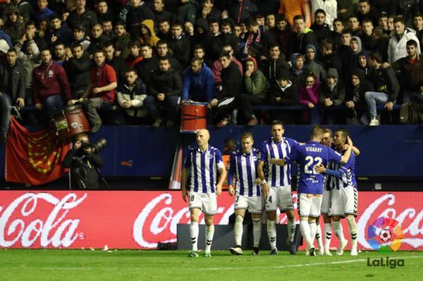 Los jugadores del Deportivo Alavés celebran el tanto de Santos, que supuso la victoria en el Sadar. Foto: LaLiga