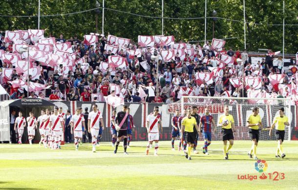 Jugadores de Rayo Vallecano y Levante saltando al césped | Fotografía: La Liga