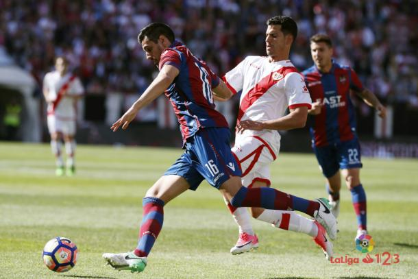 Javi Guerra tratando de arrebatar un balón   Fotografía: La Liga