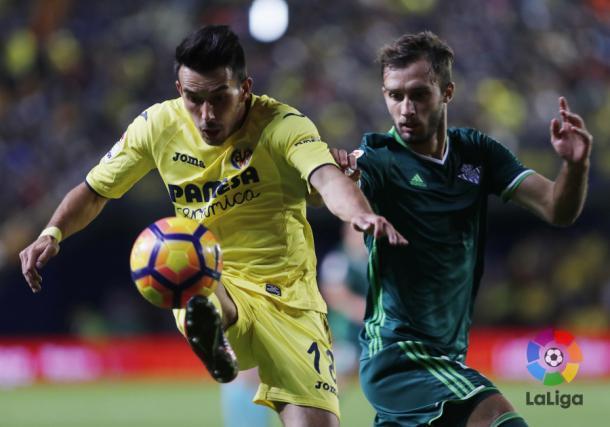 Jaume costa trata de controlar el balón ante la presencia de un jugador del Betis. Foto: LaLiga