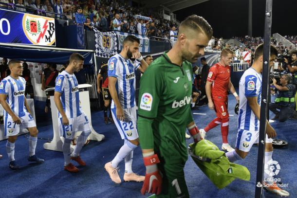 Jugadores de Rayo y Leganés saltando al césped | Fotografía: La Liga