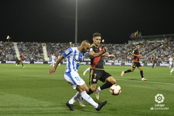 Álex Moreno tratando de detener una acción a El Zhar | Fotografía: La Liga