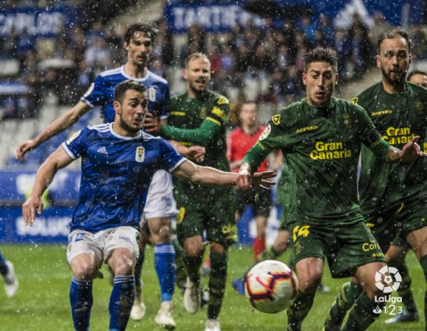 Luchando por la pelota en el partido ante Las Palmas | Foto: LaLiga 123