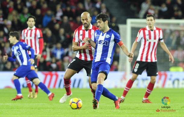 Manu García llevando el balón ante la presencia de Mikel Rico. Fotografía: LaLiga