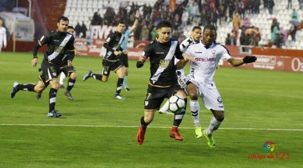 Álex Moreno luchando por un balón   Fotografía: La Liga