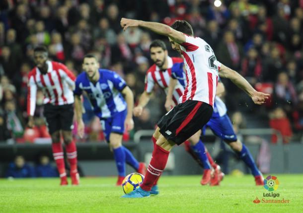 Aduriz lanzando el penalti. Fotografía: LaLiga