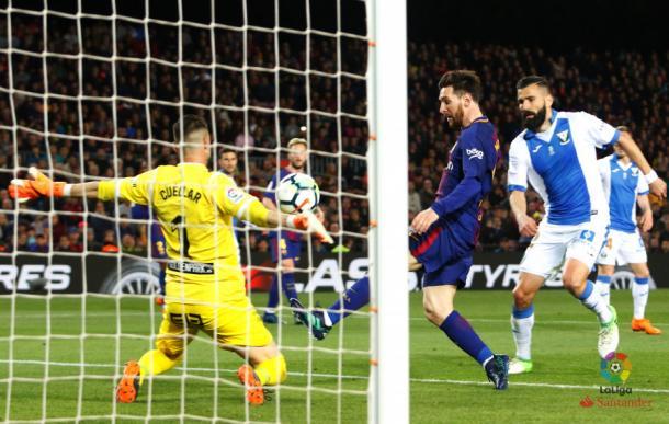 Messi anota el 3-1 ante la salida de Cuéllar. Foto: La Liga