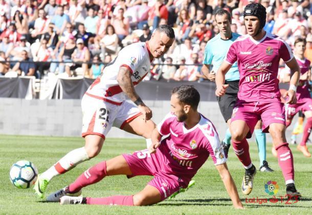 Raúl de Tomás tratando de llevarse el balón ante un rival | Fotografía: La Liga