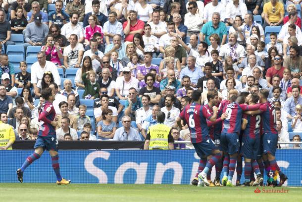 Los jugadores del Levante celebran el gol que les dio el empate en el Bernabeu. Foto: LFP