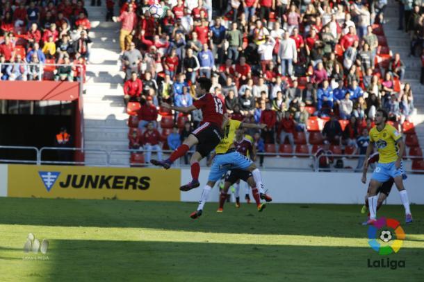 Pedro Martín pugna por un balón frente al Lugo. | Foto: laliga.es