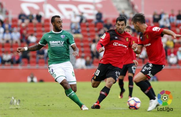 Akapo lucha por un balón en el partido frente al Mallorca. | Foto: laliga.es