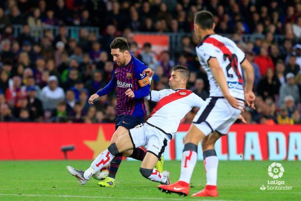 Embarba le roba un balón a Messi ante la atenta mirada de Velázquez | Fotografía: LaLiga