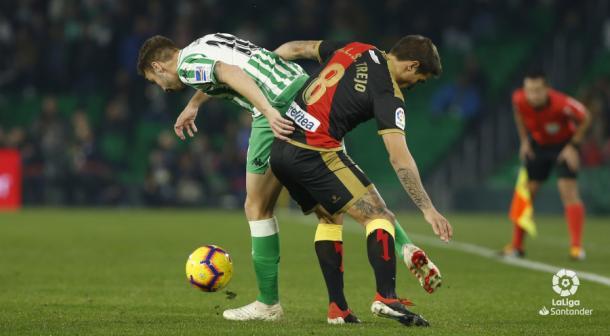 Trejo tratando de pelear un balón con un rival | Fotografía: La Liga