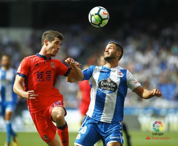 Aritz lucha con Lucas Pérez por un balon | Foto: La Liga