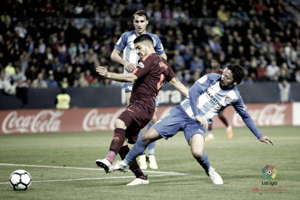 Iturra en una pugna con Luis Suárez | Foto: laliga.es