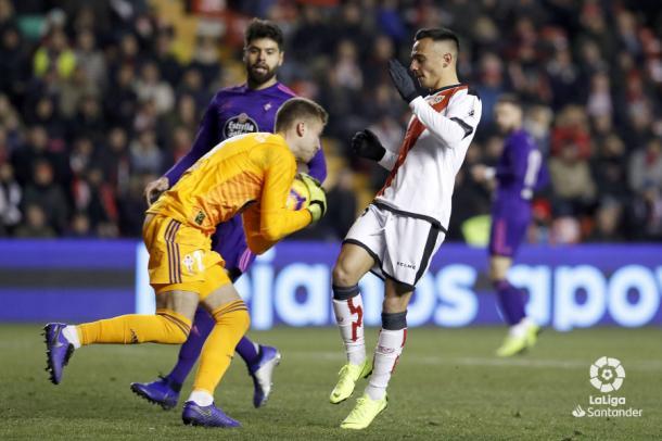 Rubén llevándose el esférico ante Álvaro | Fotografía: La Liga