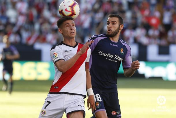 Álex Moreno tratando de llevarse el balón, portando el brazalete de capitán | Fotografía: La Liga