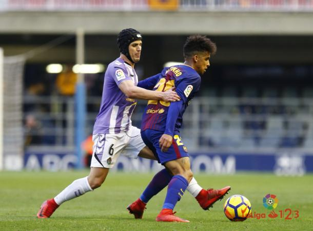 Luismi presiona a un jugador del Barcelona B | LaLiga