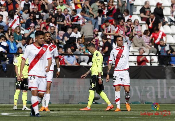 Raúl de Tomás señalando a la grada | Fotografía: La Liga