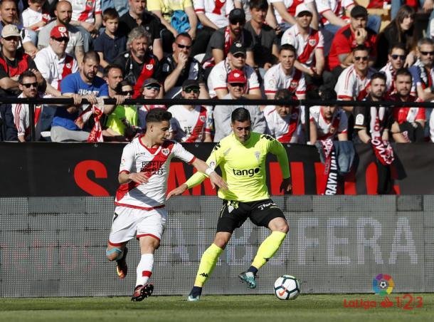 Álex Moreno tratando de arrebatar un balón | Fotografía: La Liga