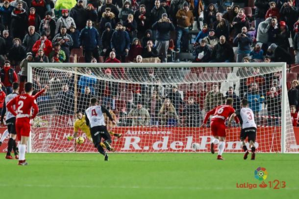 Momento en el que Dimitrievski detiene el penalti. Foto: Laliga