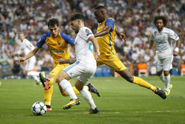 Isco protege el balón ante el APOEL. Foto: LFP