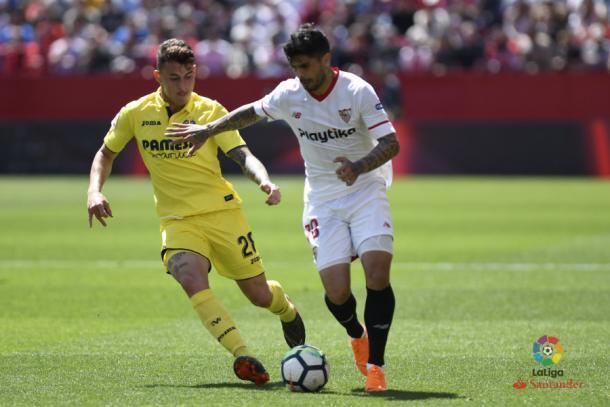 Banega y Raba disputando el balón en el Sevilla - Villarreal | Foto: LaLiga Santander