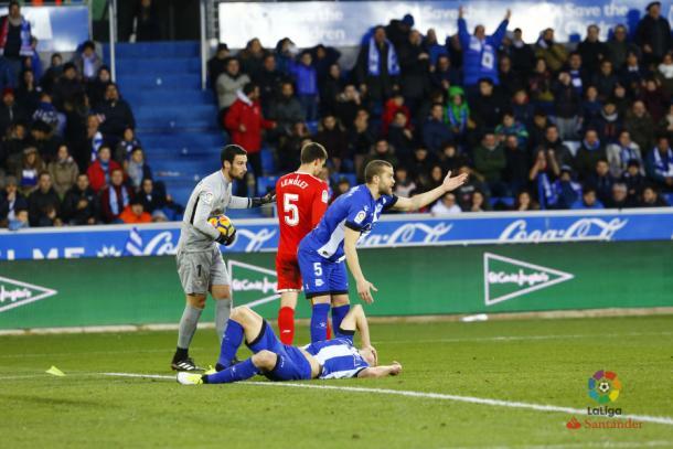 Rodrigo Ely dolido en el suelo. Fotografía: LaLiga