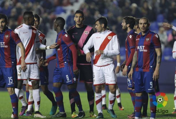 Jugadores del Rayo Vallecano y Levante ante un córner   Fotografía: La Liga